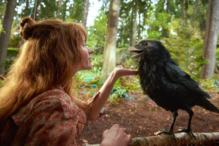 Die kleine Hexe spricht mit dem Raben.
